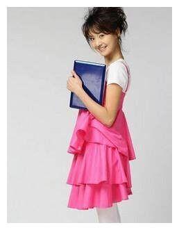 同样是穿粉色衣服,郑爽关晓彤差好多,一个青春无敌,一个像村姑