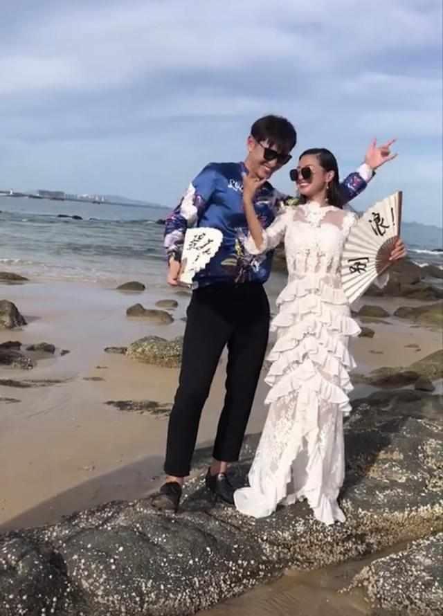新人海边拍婚纱照,手中的扇子却成亮点,网友:婚后一定幸福