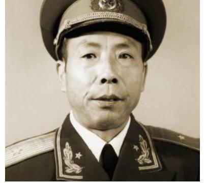 这个开国少将真横 一个旅敢拦邱清泉的第5军 战后司令员给他点烟