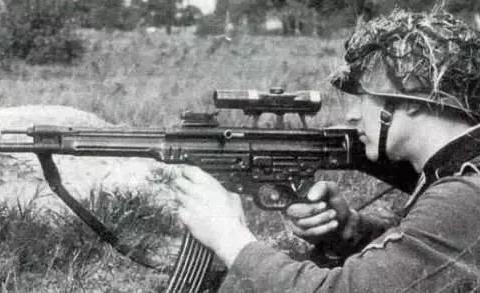 """自动和半自动步枪区别:自动枪可连发""""泼水"""",半自动枪单发射击"""