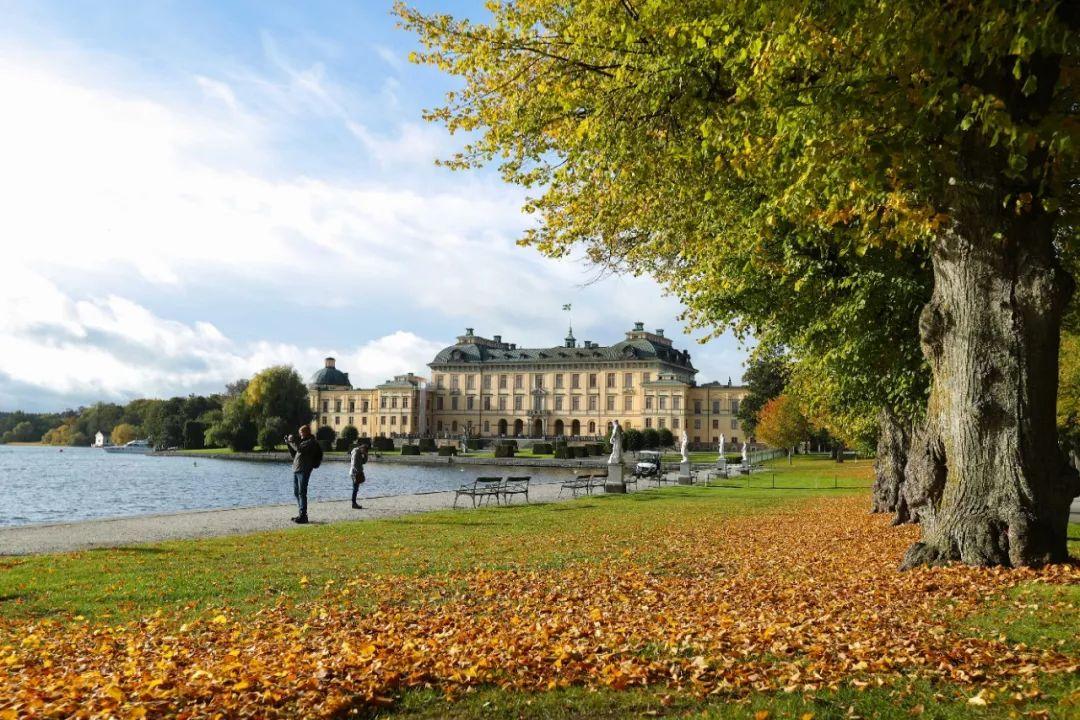 ▲资料图片:在瑞典首都斯德哥尔摩,游客在德罗特宁霍姆宫附近游览。(新华社)