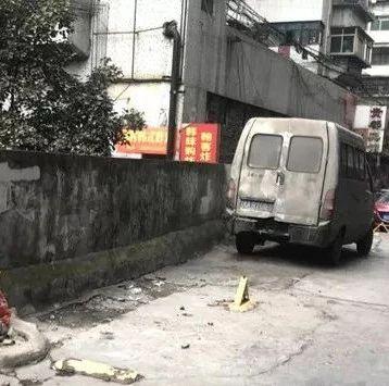 """贵阳民生路洙泗巷私装地锁""""抢车位"""",拆了!"""