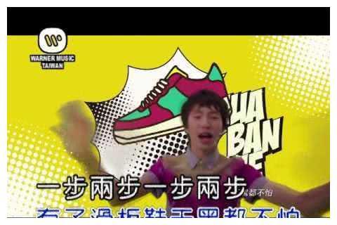 一曲《我的滑板鞋》让庞麦郎大火,如今四处走穴的他在村口演出