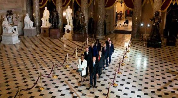 众议院通过弹劾条款决定,7名弹劾管理人会把两项指控送至参议院