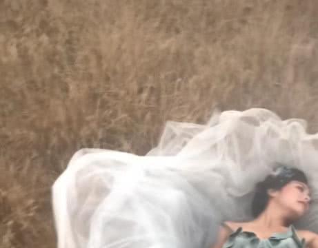 女子在荒草地里拍写真,成片出来后,网友:好像张嘉倪