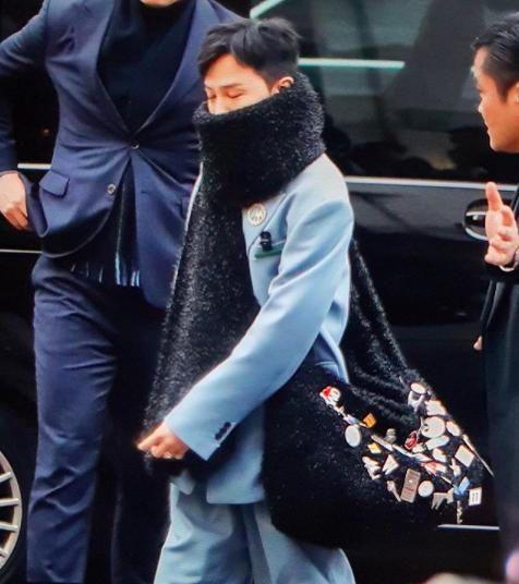 权志龙蓝色西装小雏菊饰品巴黎首秀实力撑姐,GD带起的饰品风潮