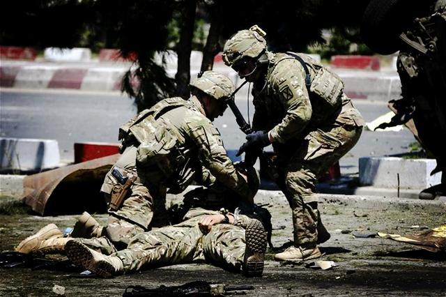 两天内死4名美军!2人被塔利班炸死,2人在宿舍中莫名其妙死掉