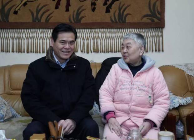 浓浓关怀送温暖 —信阳市中心医院班子成员看望慰问离退休老同志