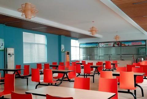 红色的椅子----2020年1月用三星note8手机摄于江西省新余市广电