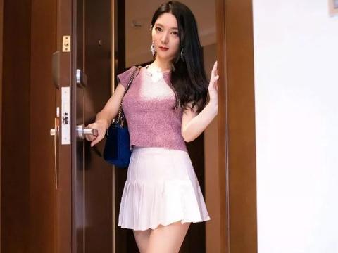 时尚女性搭配高跟鞋,气质显得更加成熟魅力