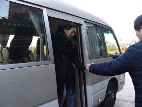 赵忠祥告别仪式上,8岁孙子送挽联,其中七个字让人泪目