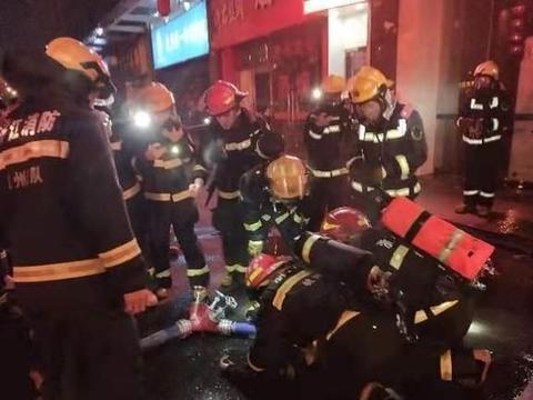 杭州庆春东路棋牌房起火中感人一幕:年轻消防员跪地给伤者做心