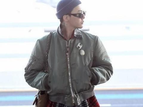 权志龙机场露面,素颜被批如大妈,戴香奈儿胸针秀巨星气场