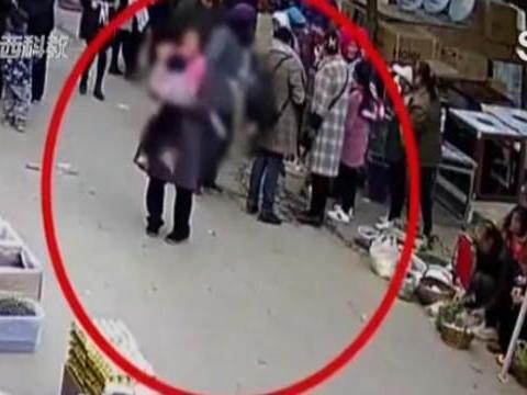 2岁女童街上被大妈拐走,母亲却丝毫没反应,看到监控直接崩溃