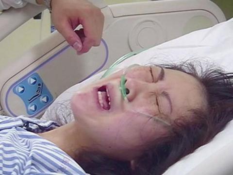 妈妈生二胎离世,5岁女儿守在产房外不愿走,打开小手后护士泪目