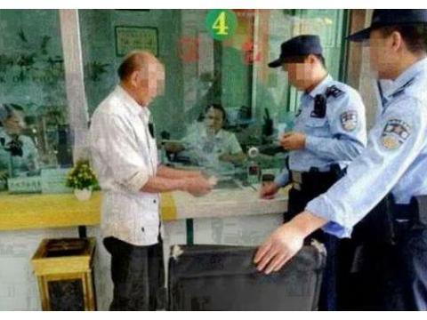 老人带一麻袋旧纸币去银行存钱,经理打开看后,气不过报警