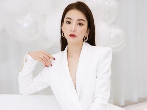 """天王嫂方媛这次玩""""真空"""",穿白色西装套装配长发亮相"""