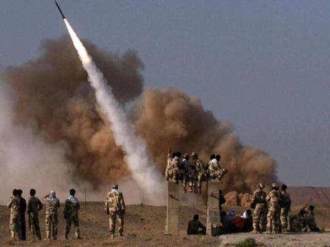 无人机掩护,数枚伊朗弹道导弹砸向敌军训练营,70人在袭击中伤亡