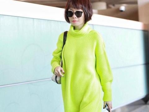 鲁豫一脸严肃走机场,穿荧光绿毛衣配皮裤+短靴