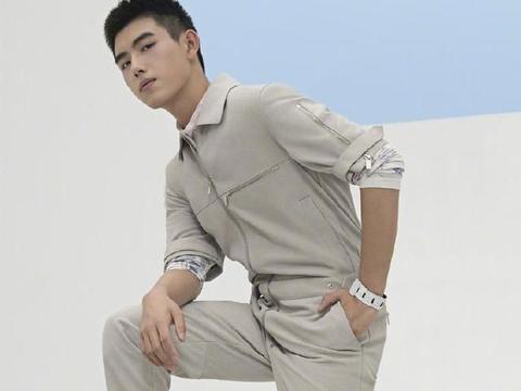 穿正装的寸发硬汉男模帅哥陈飞宇,身材好颜值担当更显高大有气质