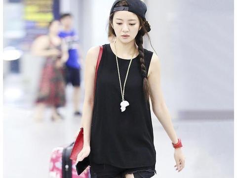 辣妈安以轩黑色背心搭配黑色短裤,阳光帅气,39岁秒变19岁少女
