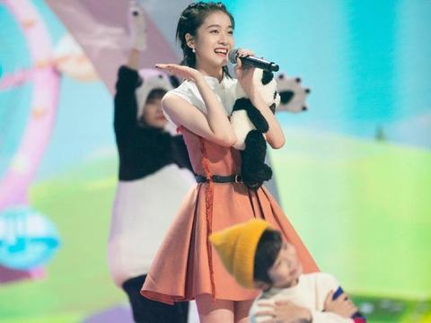 张雪迎笑起来太甜了,白橘拼接连衣裙现身活动,依旧是少女的模样