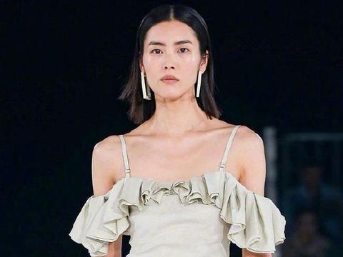 刘雯的肩颈线、腹肌、腰背,几乎身体每一个部位都能上热搜的女人