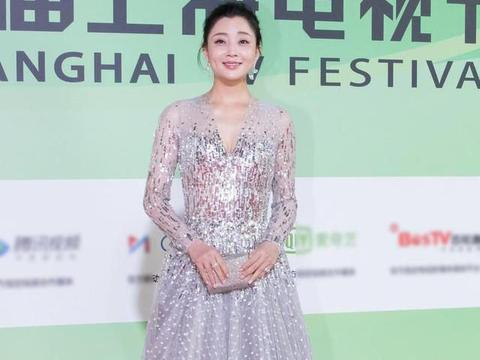 40岁殷桃身材真丰满,穿银色V领连衣裙亮相,身材、气质都惊艳