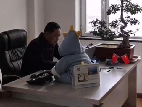 """下属去办公室找老板,却看到桌子上多一个""""摆件"""",瞬间看懵了"""