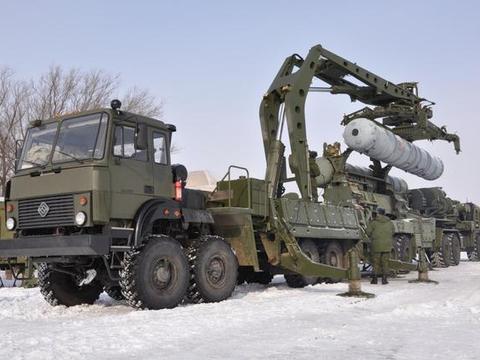 战斗民族的大玩具!俄罗斯防空部队吊装S-400导弹