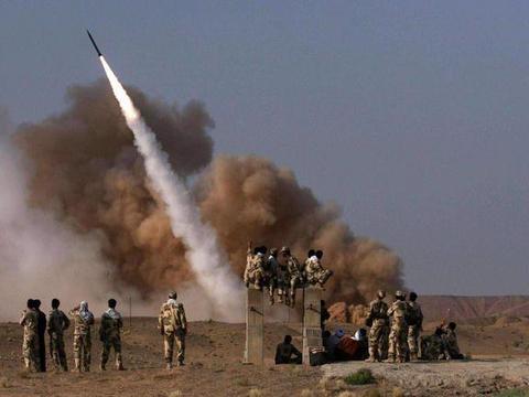 伊朗导弹再立新功,深夜偷袭炸死80名敌军,地面部队也交上手