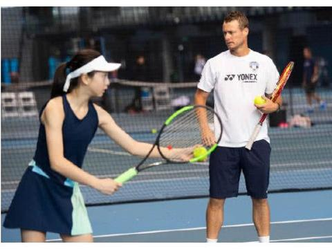 森碟和澳洲大满贯冠军休伊特同框,田亮亲自为女儿操刀拍照
