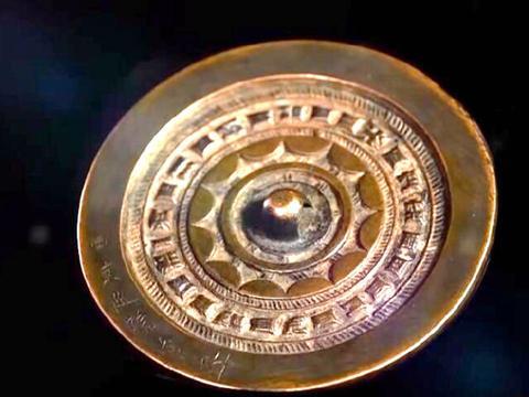 女子拿祖传铜镜来鉴定,上面刻有六个字,专家鉴定后得知答案!