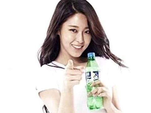同样是代言雪碧,金雪炫只简单喝一口,而迪丽热巴却要进冰块池