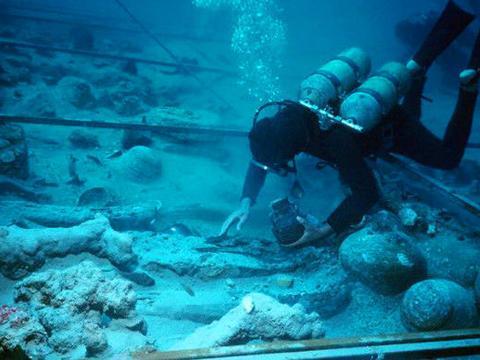 """潜水客废墟里找到大量""""黄石"""",专家鉴定后争相高价购买"""