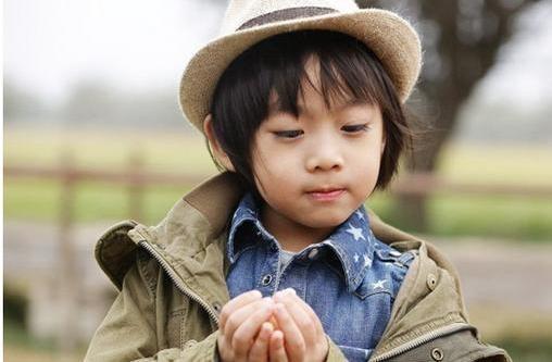 林志颖三个儿子近照:大儿子变化大,双胞胎儿子模样呆萌却有差异