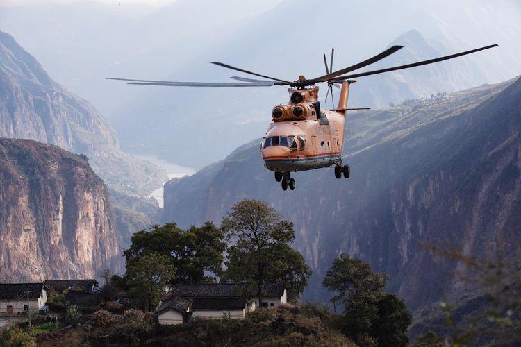 """西部高山峡谷这样修路,""""巨无霸""""直升机调运大型机械飞跃天险"""