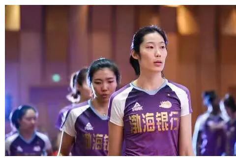 又一女排名将即将留洋,曾是李盈莹最佳对角,把球衣号码让给朱婷