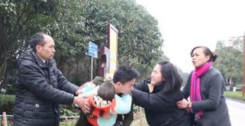 4岁女孩被人贩子抱走,反诬陷奶奶是疯子,奶奶急中生智救回孩子