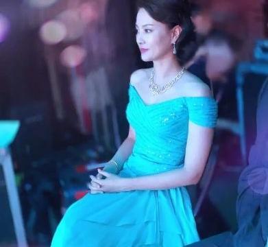 刘芳菲剪了短发气质更出众,穿针织衫配百褶裙,就美成这样?