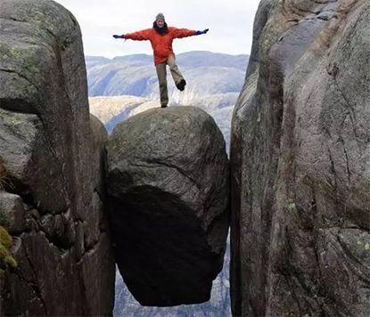挪威有一怪石,夹在绝壁间千年不倒,游客还没站上去就腿软!