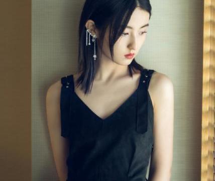 张子枫越来越会穿了!粉色半露肩短裙配水晶耳环,又盐又甜超好看