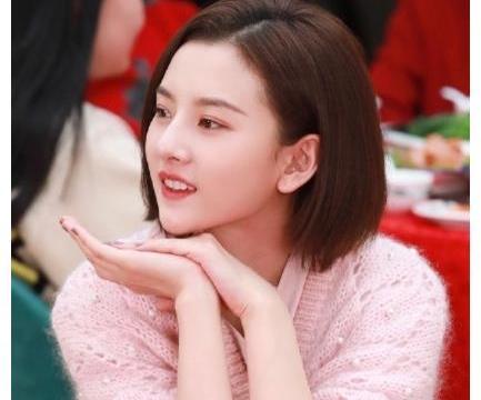 20岁宋祖儿新年套装,粉色少女红色喜庆,小妮子长大了真漂亮!