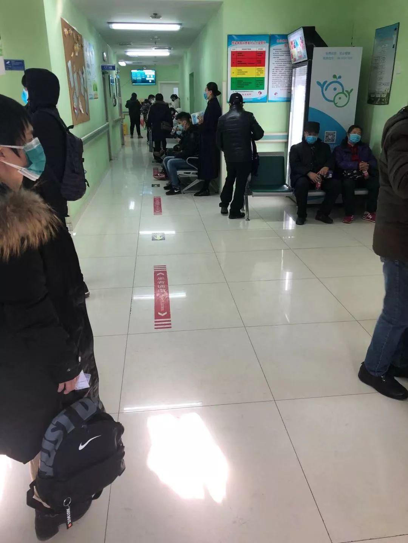 1月20日,地坛医院发热门诊,来到发热门诊的患者和家属都被要求带上口罩。新京报记者韩沁珂 摄
