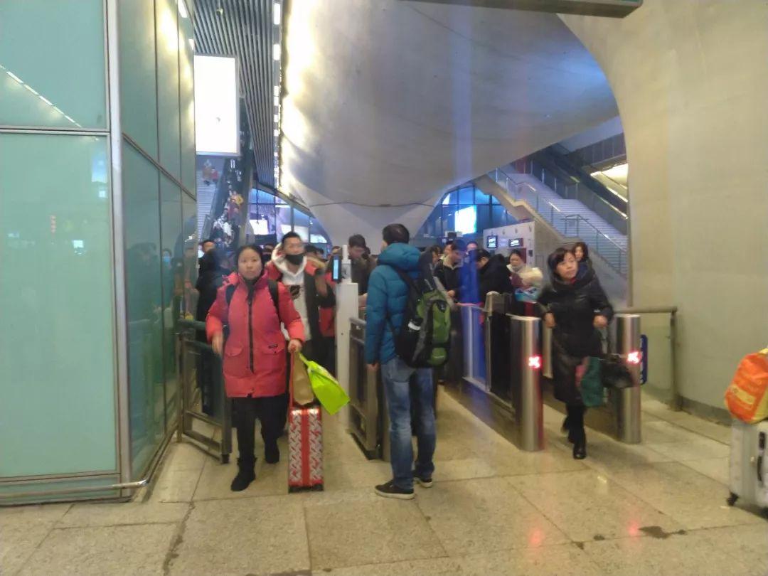 肺炎疫情下的北京:首都机场旅客自备口罩图片