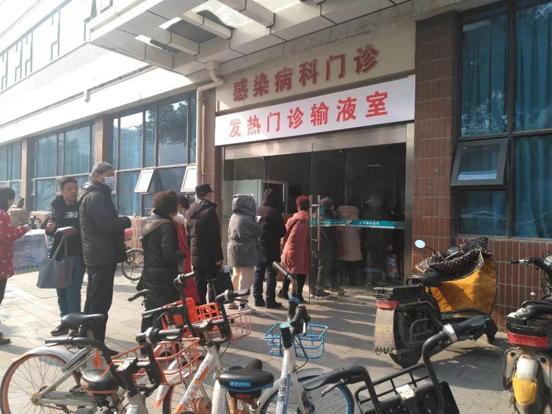 协和医院发热门诊外排着长队。新京报记者海阳摄