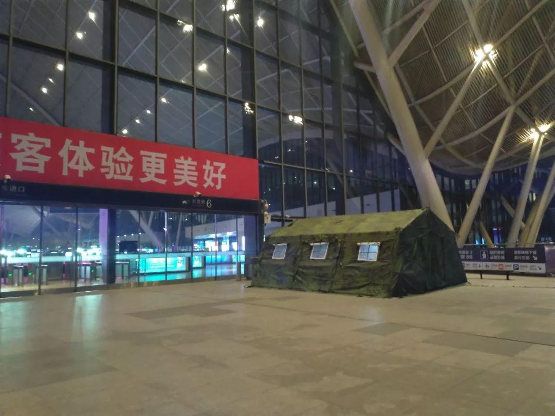 1月19日夜晚,武汉高铁站东侧入口处设置了一处预检点。新京报记者海阳摄