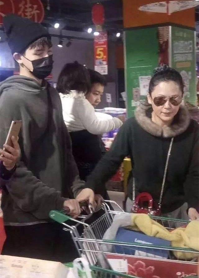 陈红超市被偶遇,没修图就是发福的普通大妈,哪有什么气质!