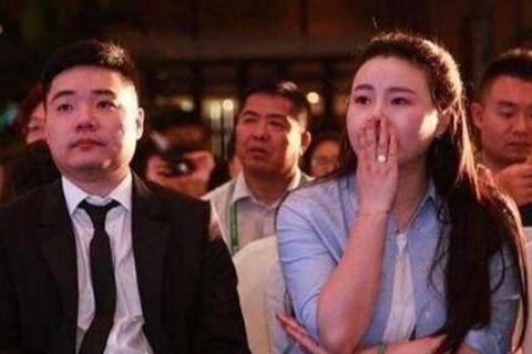 32岁丁俊晖身价过亿,妻子是富二代,身材颜值不输潘晓婷。