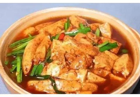 菜谱:砂锅红薯粉,韭菜焖豆腐,红烧鱼块,红烧带鱼
